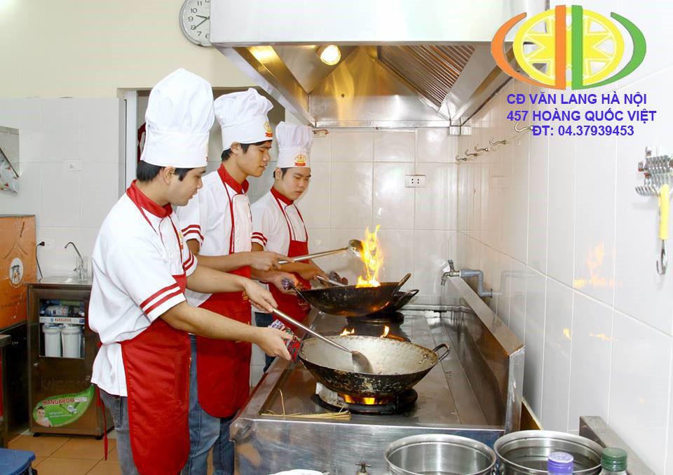 Sinh viên thực hành nấu ăn