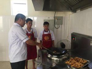 Giảng viên hướng dẫn sinh viên học nấu ăn K01 Ninh Bình